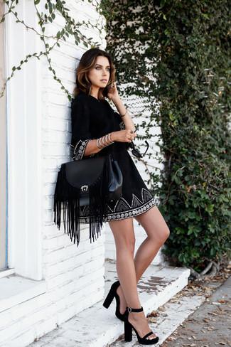 Comment porter: robe style paysanne brodée noire, sandales à talons en daim noires, cartable en cuir à franges noir, bracelet argenté