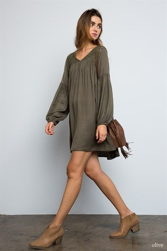 Comment porter une robe style paysanne: Pense à opter pour une robe style paysanne pour un look confortable et décontracté. Complète ce look avec une paire de des bottines en cuir marron.