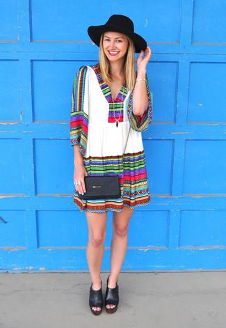 Comment porter une robe style paysanne: Pense à porter une robe style paysanne pour un look idéal le week-end. Complète ce look avec une paire de des sandales à talons en cuir épaisses noires.