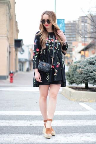 Comment porter: robe style paysanne brodée noire, sandales compensées en daim marron, sac bandoulière en cuir matelassé noir, lunettes de soleil noires