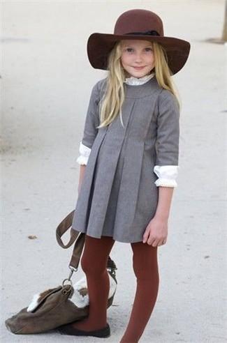 Comment porter: robe grise, t-shirt à manche longue blanc, ballerines noires, chapeau bordeaux