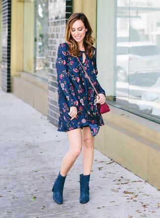 Comment porter: robe trapèze à fleurs bleu marine, bottines en daim bleu canard, sac bandoulière en cuir pourpre