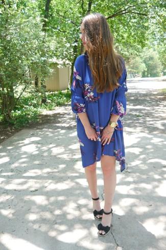 Comment porter: robe trapèze à fleurs bleue, sandales compensées en toile noires, montre dorée