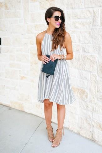 La polyvalence d'une robe trapèze à rayures verticales blanche et noire et d'une pochette en cuir olive en fait des pièces de valeur sûre. Habille ta tenue avec une paire de des sandales à talons en daim brunes claires.