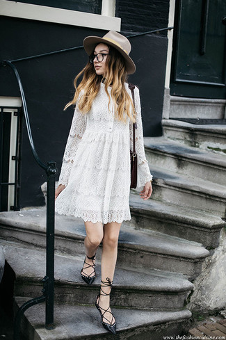 Comment porter: robe trapèze en dentelle blanche, ballerines en cuir noires, sac bandoulière en cuir bordeaux, chapeau en laine beige