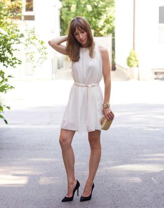 Comment porter: robe trapèze en soie blanche, escarpins en daim noirs, pochette dorée, bracelet doré