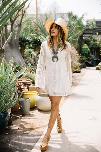Comment porter: robe trapèze en dentelle blanche, sandales à talons en cuir épaisses marron clair, chapeau de paille beige, collier orné de perles turquoise