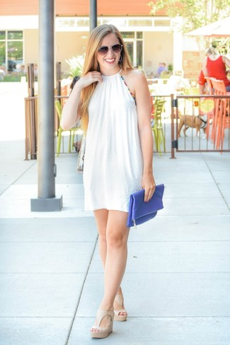 Comment porter des sandales compensées en cuir beiges: Pour créer une tenue idéale pour un déjeuner entre amis le week-end, pense à opter pour une robe trapèze blanche. Une paire de des sandales compensées en cuir beiges est une option génial pour complèter cette tenue.