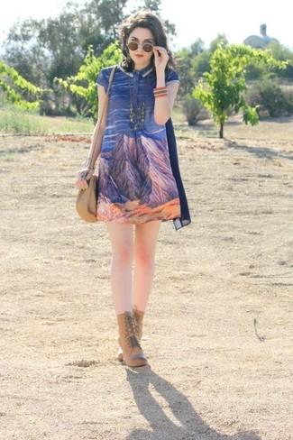 Associe une robe trapèze imprimée bleue avec un collier argenté pour obtenir un look relax mais stylé. Jouez la carte classique pour les chaussures et termine ce look avec une paire de des bottines à lacets en cuir brunes claires.