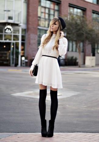 Comment porter des bottines en daim noires: Pense à opter pour une robe trapèze blanche pour créer un style chic et glamour. Une paire de des bottines en daim noires est une option astucieux pour complèter cette tenue.