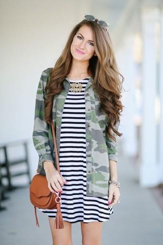 Comment porter: robe trapèze à rayures horizontales noire et blanche, chemise en jean camouflage verte, sac bandoulière en cuir tabac, lunettes de soleil grises