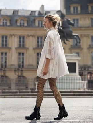 Comment porter: robe trapèze en dentelle blanche, bottines plates à lacets en cuir à clous noires, collants résille noirs