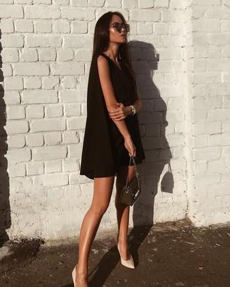 Comment porter: robe trapèze noire, escarpins en cuir blancs, sac bandoulière en cuir orné noir, lunettes de soleil marron foncé