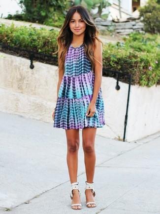 Comment porter: robe trapèze imprimé tie-dye violet clair, sandales à talons en cuir à clous blanches