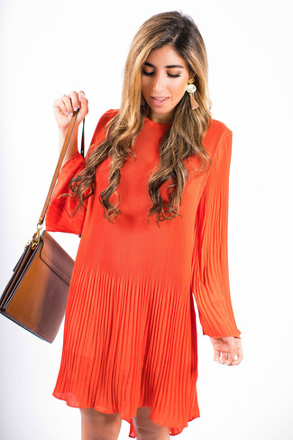 Comment porter: robe trapèze orange, sac bandoulière en cuir marron, boucles d'oreilles orange