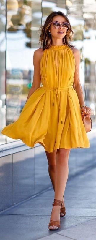 Comment porter: robe trapèze jaune, sandales à talons en cuir marron, sac bandoulière en cuir beige, lunettes de soleil roses