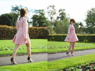 Comment porter: robe trapèze rose, sandales à talons en cuir noir et marron clair, sac bandoulière en cuir bleu clair, lunettes de soleil noires