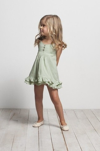 Comment porter: robe verte, ballerines beiges