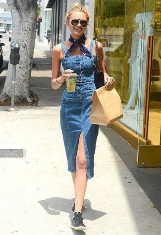 Comment porter une salopette en denim bleue: Choisis une salopette en denim bleue pour une tenue idéale le week-end. Jouez la carte classique pour les chaussures et choisis une paire de des bottes hauteur genou en cuir noires.