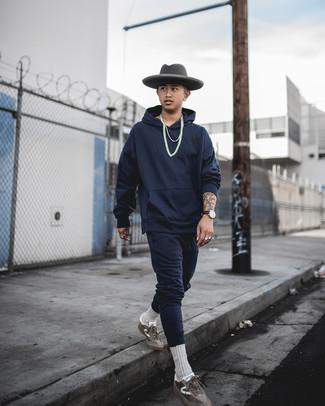 Comment porter un chapeau en laine gris foncé: Pense à porter un survêtement bleu marine et un chapeau en laine gris foncé pour une tenue relax mais stylée. Une paire de baskets basses en daim marron est une façon simple d'améliorer ton look.