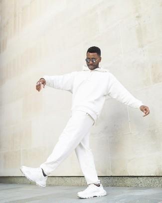 Tendances mode hommes: Pour une tenue aussi confortable que ton canapé, porte un survêtement blanc. Choisis une paire de chaussures de sport blanches pour afficher ton expertise vestimentaire.