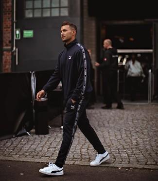 Comment porter: survêtement noir, baskets basses en cuir blanches et noires, chaussettes blanches