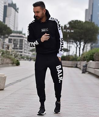 Comment porter: survêtement noir et blanc, chaussures de sport noires