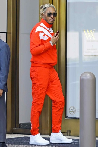 Comment porter: survêtement orange, baskets basses en cuir blanches, chaussettes blanches