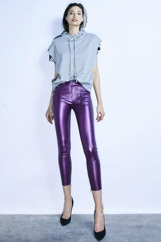 Comment porter: sweat à capuche à manches courtes gris, pantalon slim en cuir violet, escarpins en daim noirs