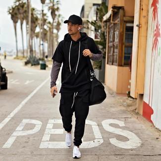 Comment porter: sweat à capuche à manches courtes noir, t-shirt à manche longue gris foncé, pantalon de jogging noir, chaussures de sport blanches