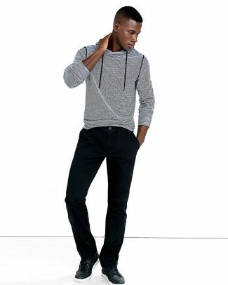 Comment porter: sweat à capuche à rayures horizontales blanc et noir, jean en velours côtelé noir, baskets basses en cuir noires