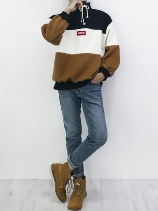 Comment porter: sweat à capuche à rayures horizontales multicolore, jean bleu, bottes de loisirs en daim marron