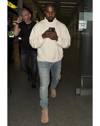 Tenue de Kanye West: Sweat à capuche beige, Jean skinny déchiré bleu, Bottines chelsea en daim beiges
