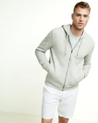 Comment porter: sweat à capuche beige, t-shirt à col en v bleu clair, short blanc