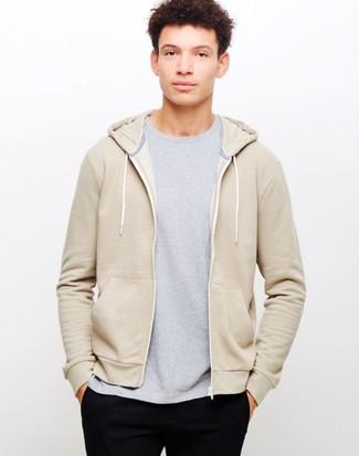 Comment porter: sweat à capuche beige, t-shirt à col rond gris, pantalon chino noir