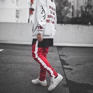 Comment porter: sweat à capuche imprimé beige, t-shirt à col rond noir, pantalon de jogging à rayures verticales rouge et blanc, baskets basses en cuir blanches