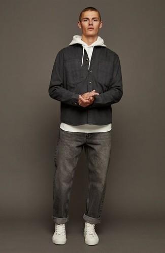 Comment s'habiller au printemps: Harmonise un sweat à capuche blanc avec un jean gris foncé pour un déjeuner le dimanche entre amis. Tu veux y aller doucement avec les chaussures? Assortis cette tenue avec une paire de baskets montantes en toile blanches pour la journée. Nous aimons absolument ce look qui respire bon le printemps.