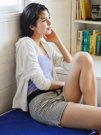 Comment porter: sweat à capuche blanc, débardeur violet clair, short à rayures horizontales blanc et noir