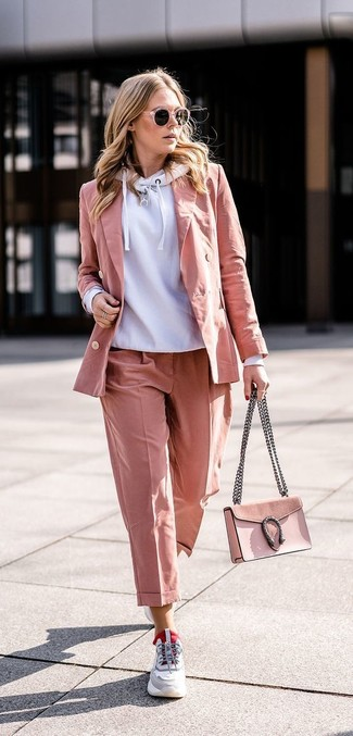 Comment porter: sweat à capuche gris, blazer rose, pantalon de costume rose, chaussures de sport grises