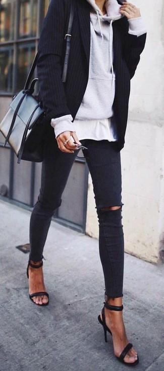 Comment porter: sweat à capuche gris, blazer à rayures verticales noir, t-shirt à col rond blanc, jean skinny déchiré noir