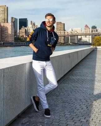 Comment porter: sweat à capuche imprimé bleu marine, jean blanc, baskets basses en daim noires, lunettes de soleil argentées