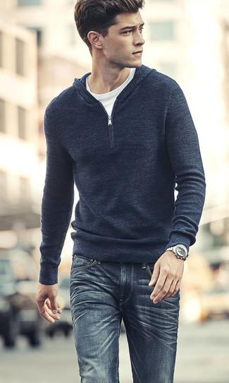 Comment porter: sweat à capuche en tricot bleu marine, t-shirt à col rond blanc, jean bleu marine, montre argentée