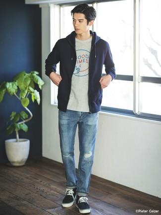 Comment porter: sweat à capuche bleu marine, t-shirt à col rond imprimé gris, jean déchiré bleu, baskets basses bleu marine