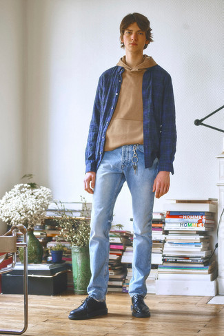 Comment s'habiller à l'adolescence: Pense à associer un sweat à capuche marron clair avec un jean bleu clair pour une tenue idéale le week-end. Choisis une paire de chaussures derby en cuir noires pour afficher ton expertise vestimentaire.