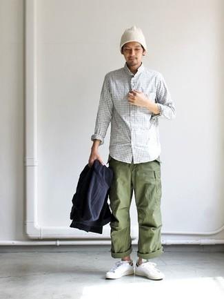 Un sweat à capuche à porter avec des baskets basses blanches: Marie un sweat à capuche avec un pantalon cargo olive pour un look confortable et décontracté. Cette tenue se complète parfaitement avec une paire de des baskets basses blanches.