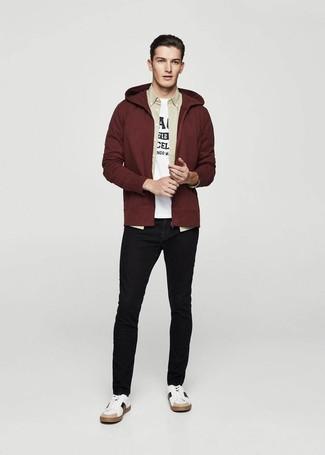 Comment porter: sweat à capuche bordeaux, chemise à manches longues beige, t-shirt à col rond imprimé blanc et noir, jean skinny noir