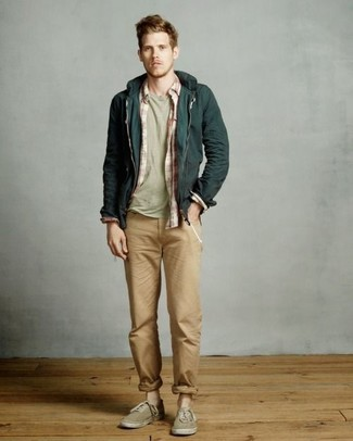 Comment porter: sweat à capuche vert foncé, chemise à manches longues écossaise rouge et blanc, t-shirt à col rond olive, pantalon chino marron clair