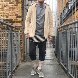 Comment porter: sweat à capuche en polaire marron clair, chemise à manches longues grise, t-shirt à col rond à rayures horizontales beige, pantalon de jogging noir