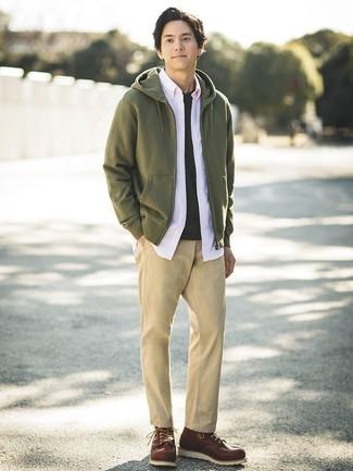 Comment porter: sweat à capuche olive, chemise à manches longues rose, t-shirt à col rond noir, pantalon chino marron clair