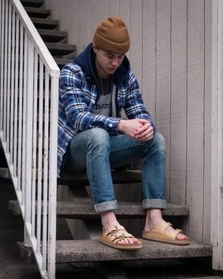 Comment porter un bonnet marron: Essaie d'harmoniser un sweat à capuche bleu marine avec un bonnet marron pour une tenue relax mais stylée. Jouez la carte décontractée pour les chaussures et fais d'une paire de sandales en cuir marron clair ton choix de souliers.